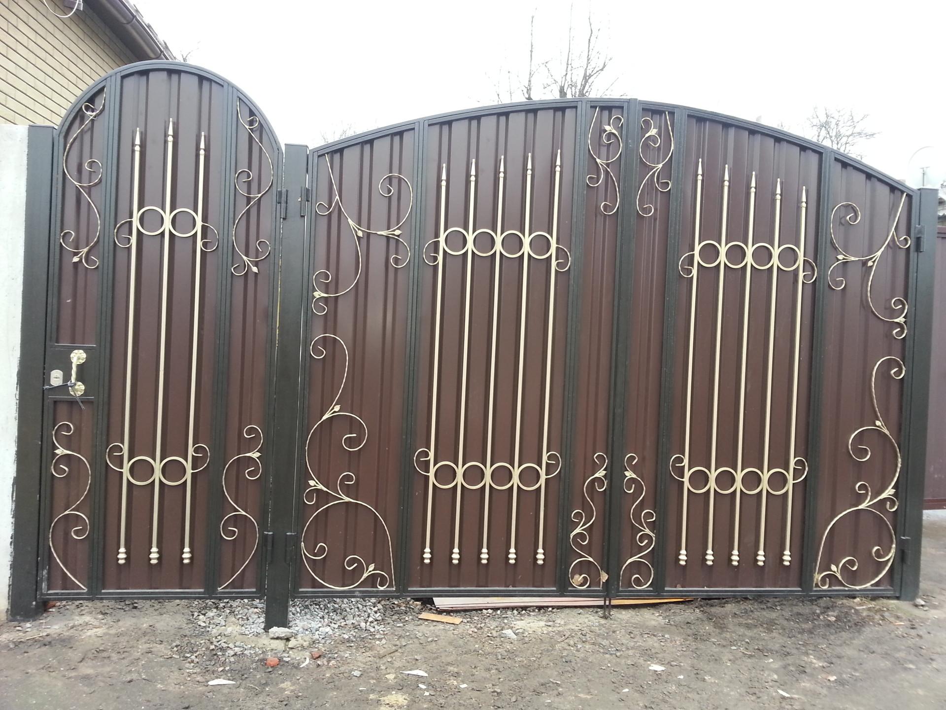 фото ворот из профиля с элементами ковки